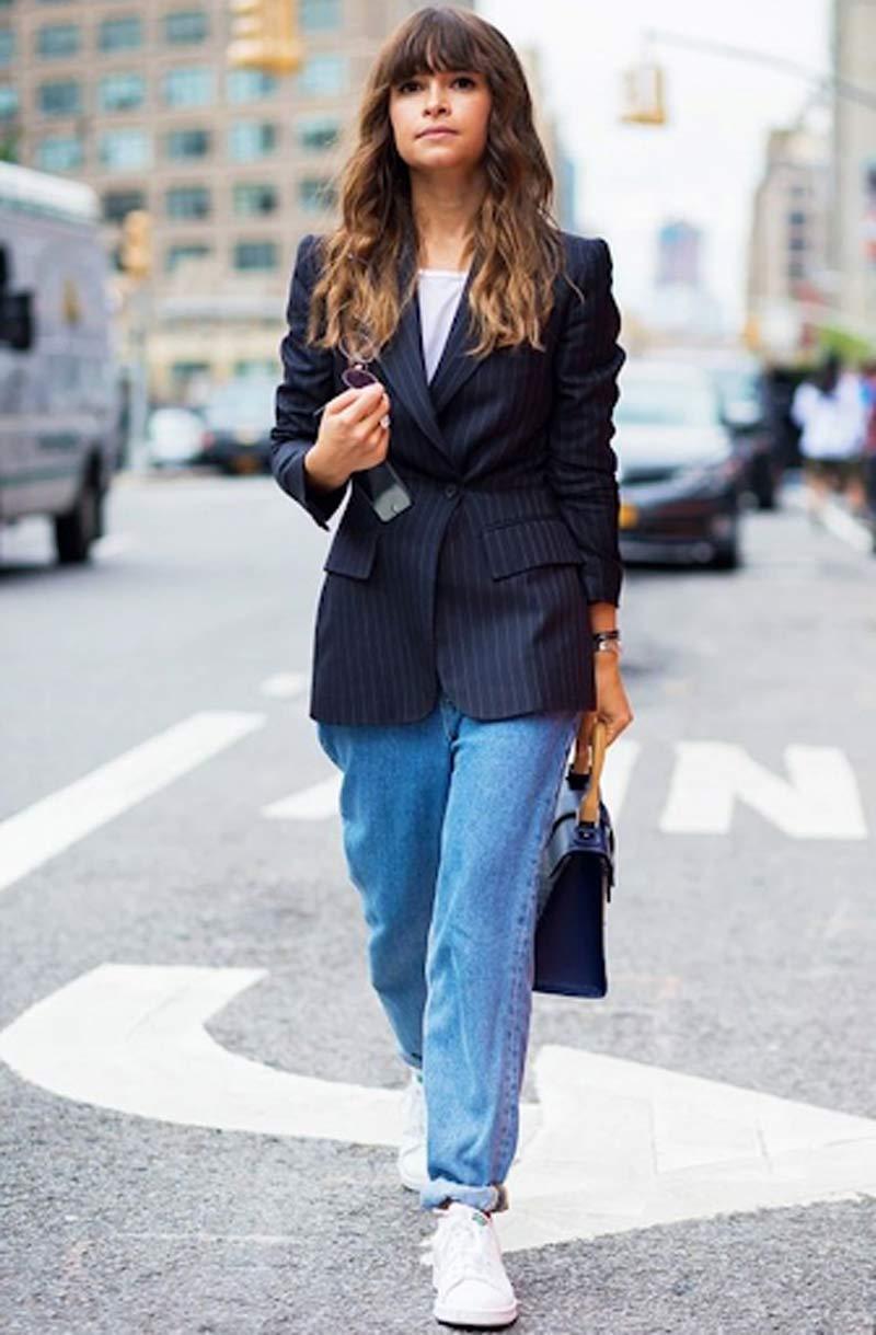 blazer-risca-de-giz-calca-mom-jeans-camiseta-e-tenis