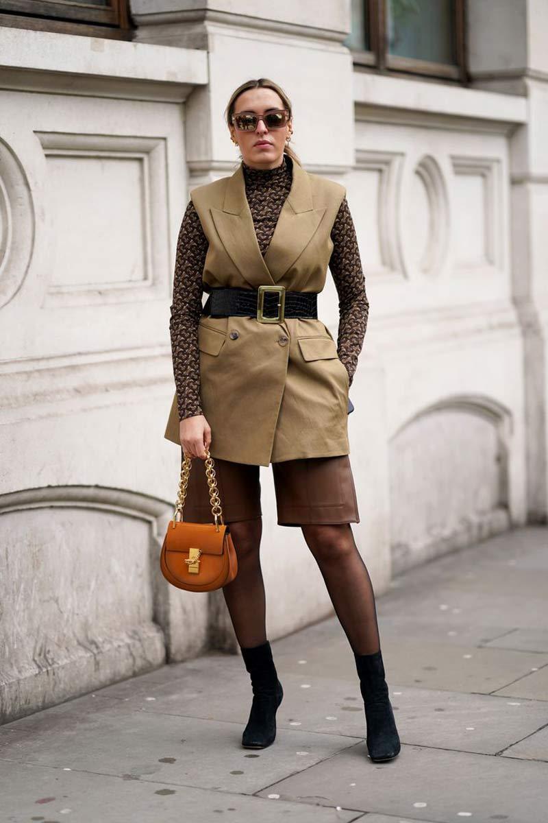 colete-como-usar-camisa-gola-alta-calca-de-couro-marrom
