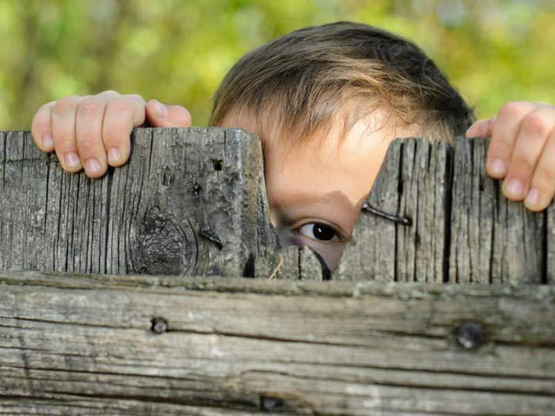 crianca-espiando