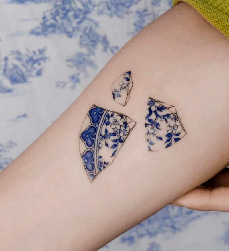 delft-blue-tatuagem-que-parece-pintura-em-porcelana