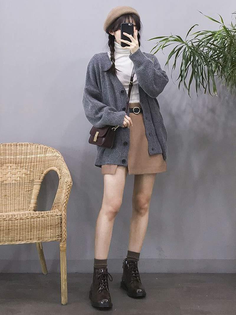 moda-coreana-saia-bege-camiseta-gola-alta-branco-casaco-de-la-cinza