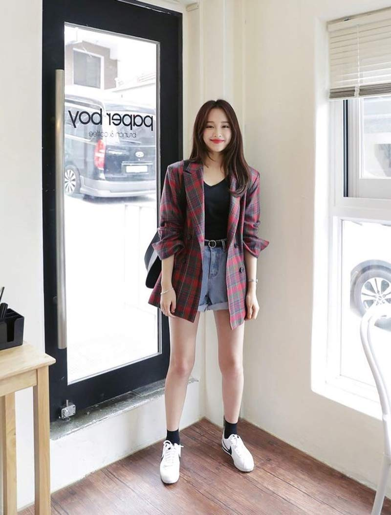moda-coreana-shorts-jeans-camiseta-preta-blazer