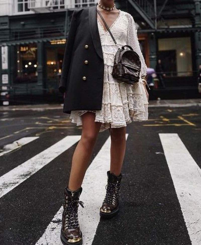 vestido-trapezio-branco-rendado-blazer-preto-coturno
