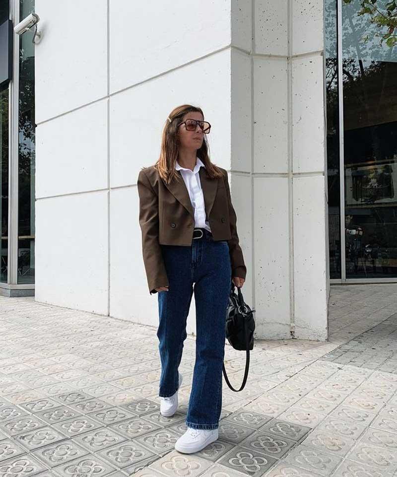 blazer-cropped-camisa-branca-calca-jeans