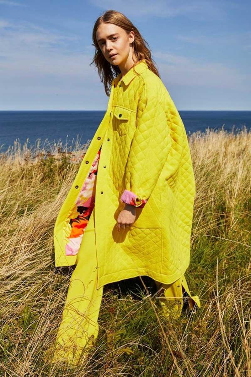 casaco-acolchoado-estilo-robe-amarelo