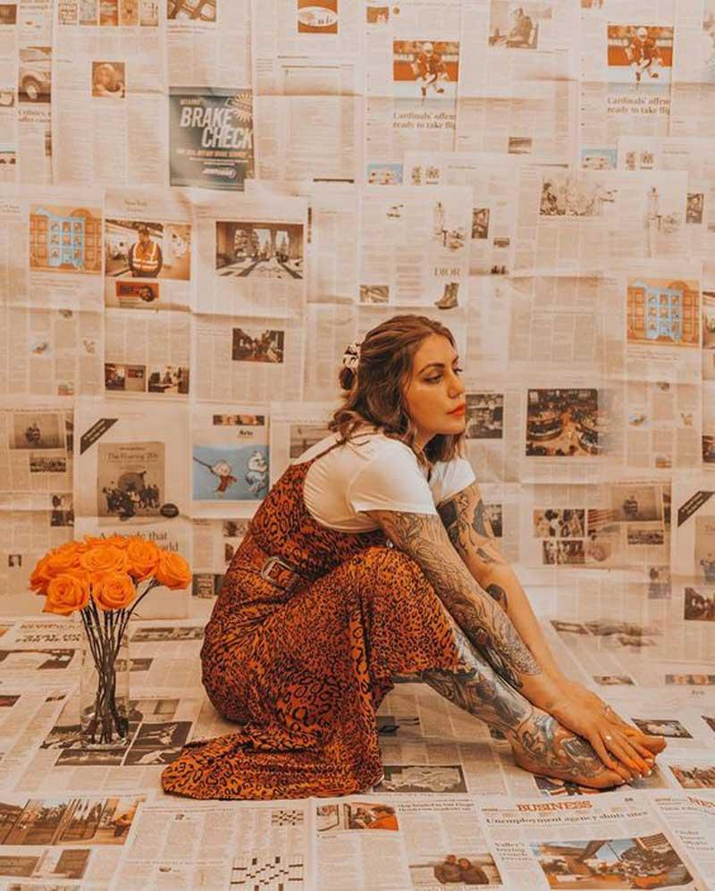 fotos-com-jornais-sentada-no-chao-com-flores
