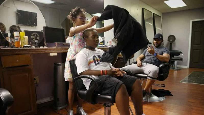 menina-de-8-anos-se-torna-cabeleireira-mais-jovem