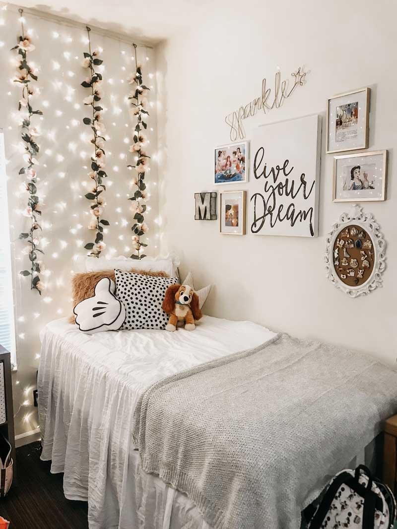 parede-de-flores-e-luzes-quarto
