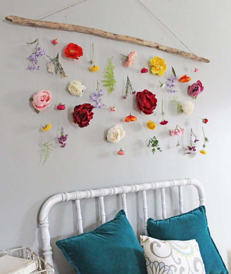 parede-de-flores-pendurada-em-um-pedaco-de-madeira