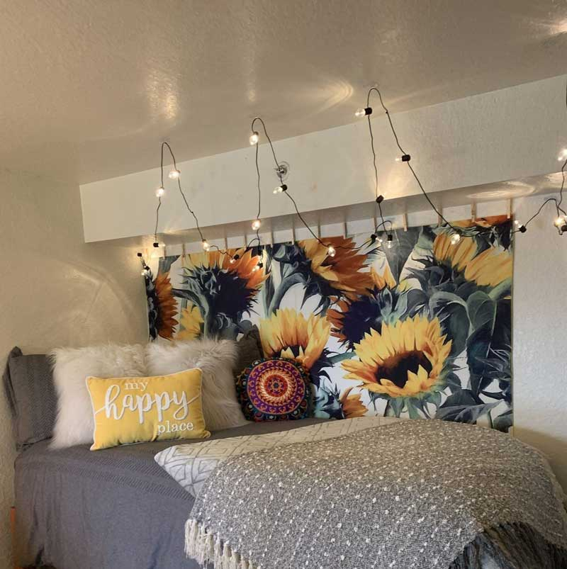 tecido-com-estampa-de-flores-na-parede