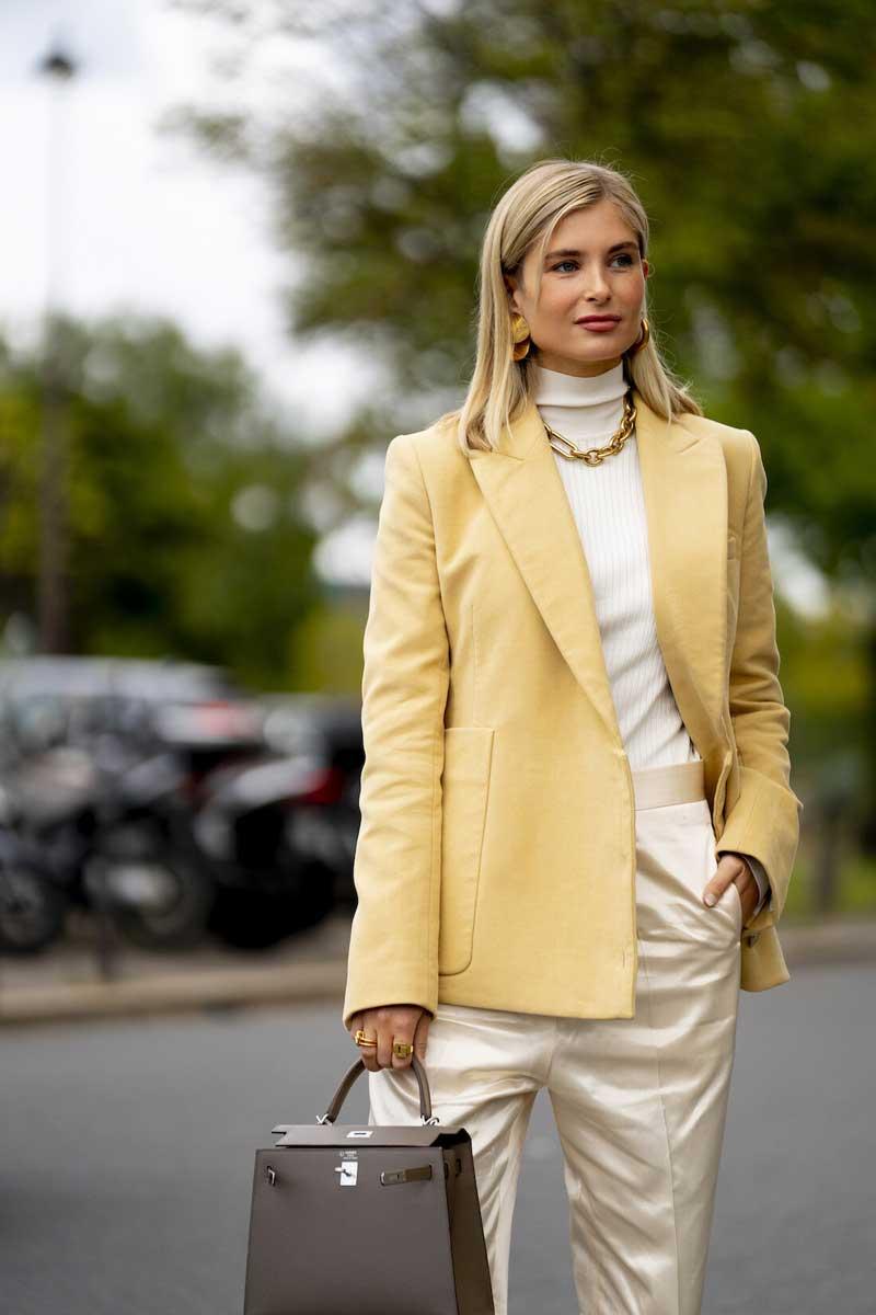 look-blazer-amarelo-calca-de-cetim