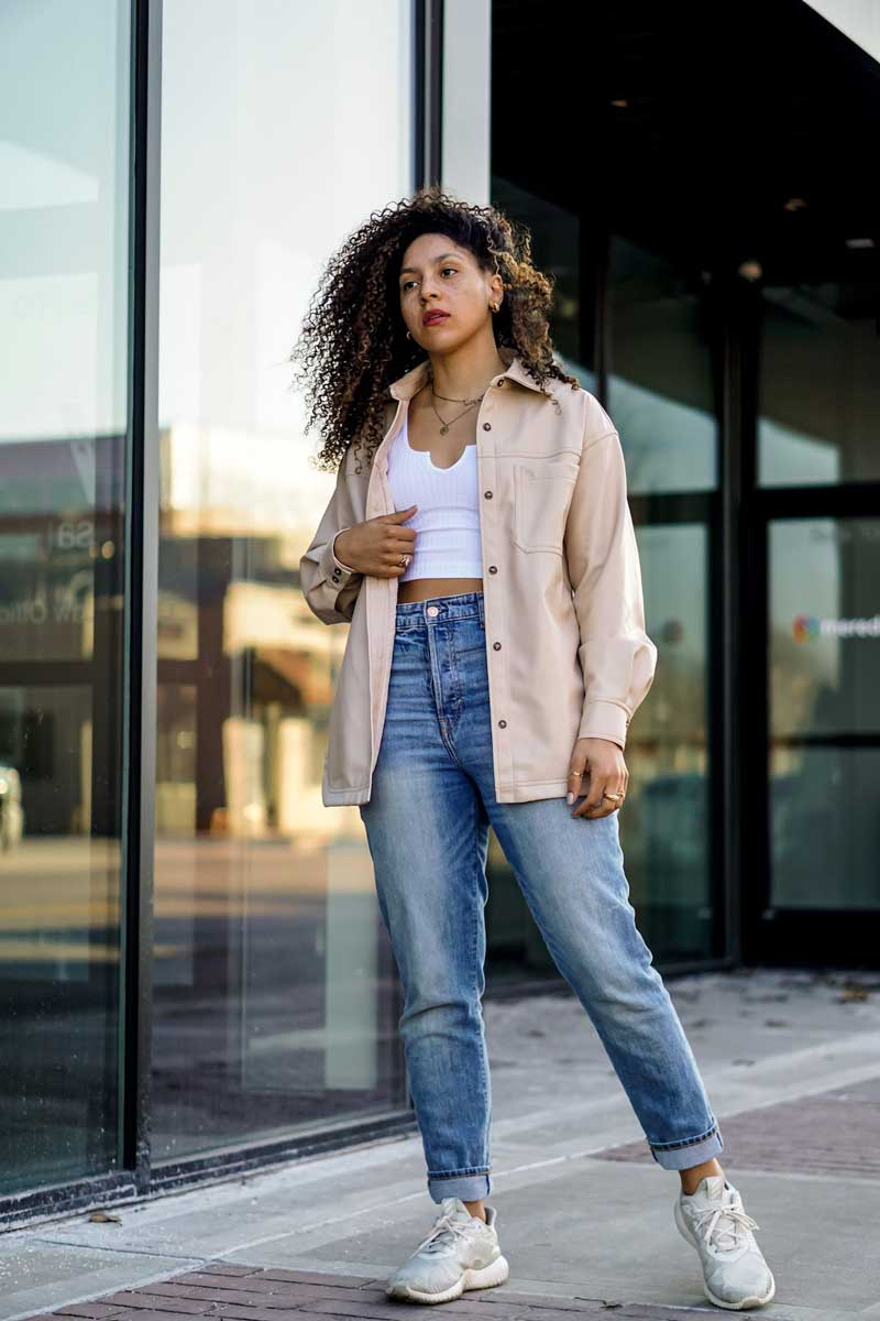 shacket-bege-calca-jeans-top-branco-looks-como-usar