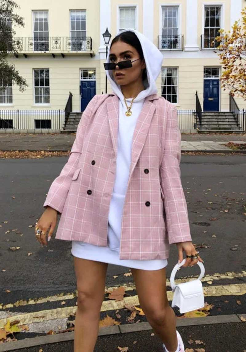 vestido-moletom-branco-com-blazer-xadrez-rosa