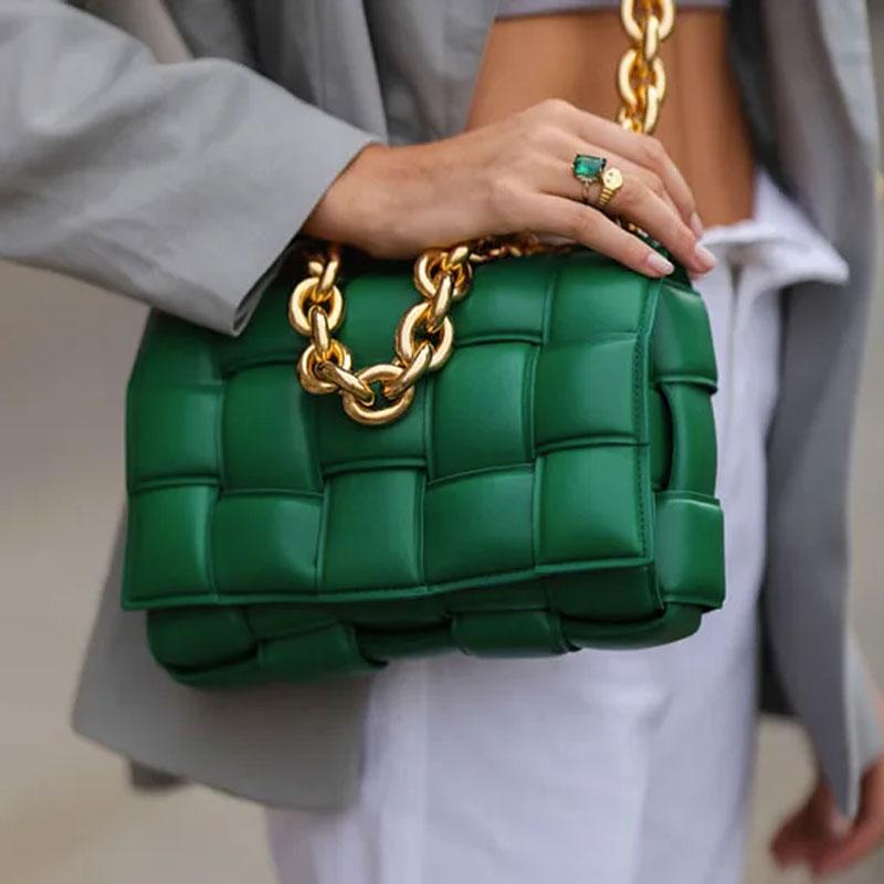 bolsa verde com corrente alça dourada