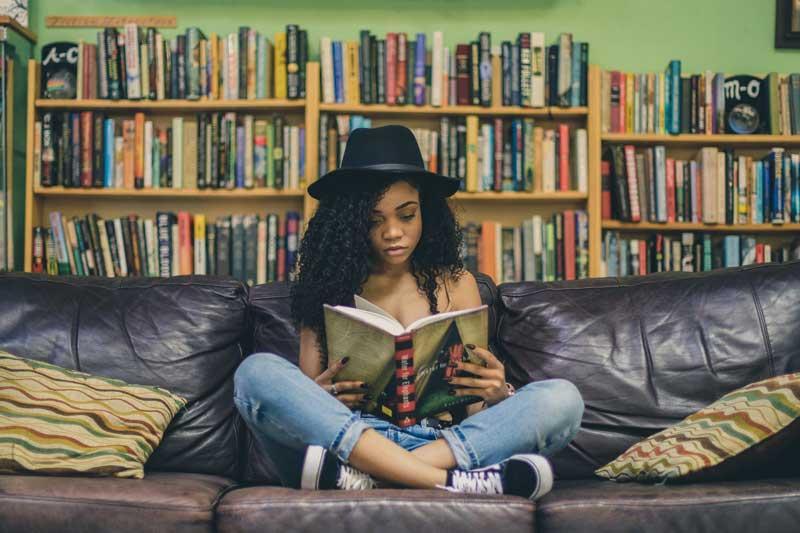 menina-sentada-lendo-livro