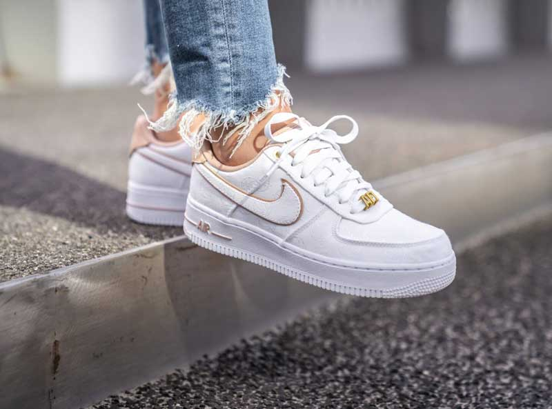Nike-Air-Force-1-feminino-branco-com-dourado