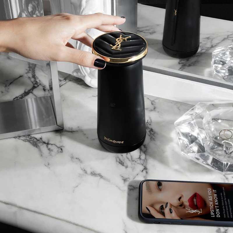 Yves-Saint-Laurent-tem-o-primeiro-aparelho-de-fazer-batons-personalizados-em-casa