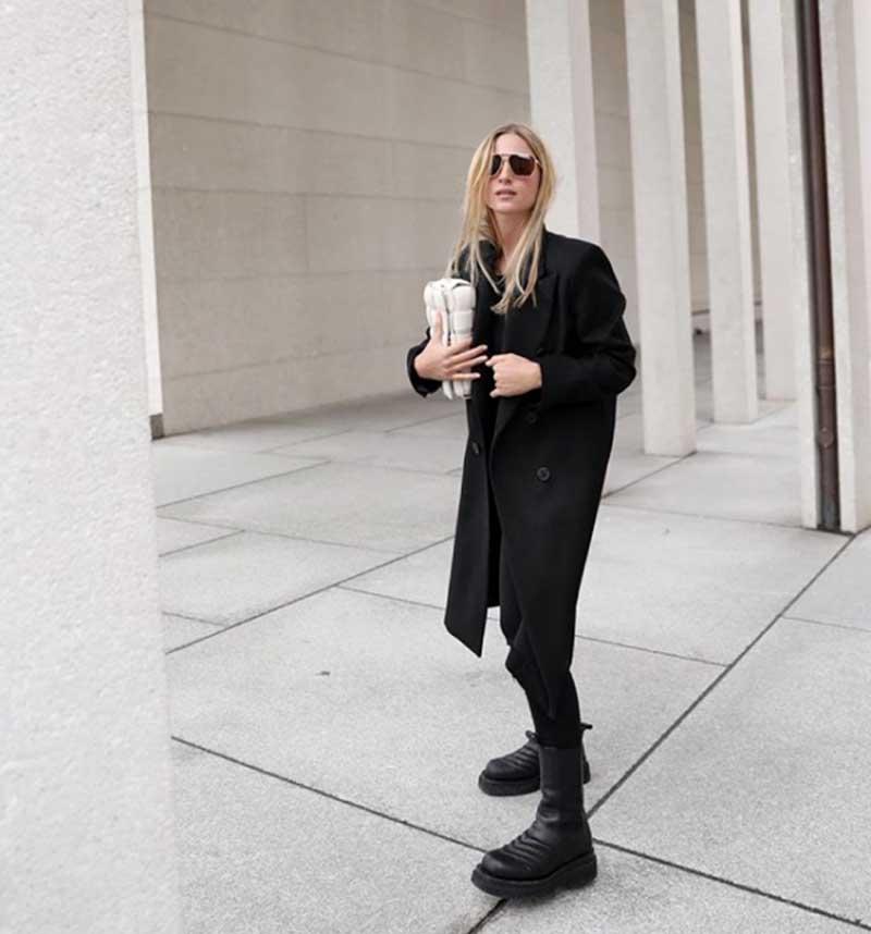 casaco-longo-preto-calca-preta-bolsa-branca-oculos-preto-coturno-looks