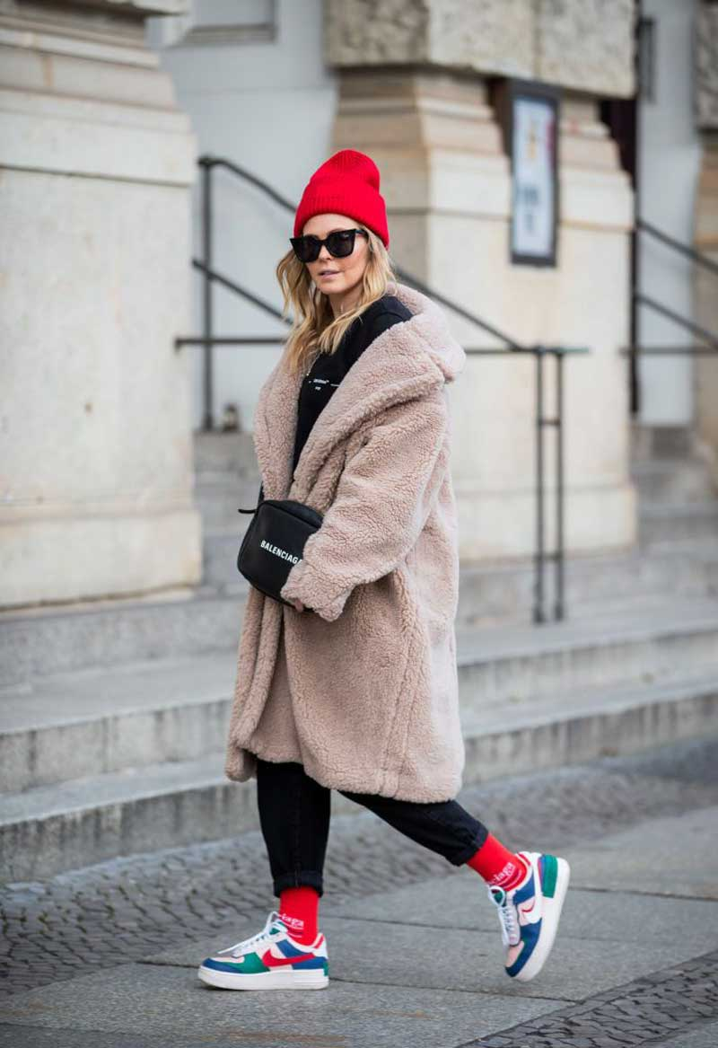 casaco-pelucia-bege-calca-preta-Nike-Air-Force-1-colorido-looks