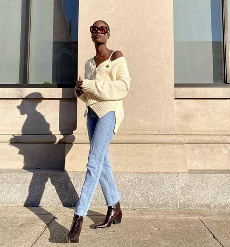 mulher-preta-negra-linda-cabeca-raspada-calca-jeans-cardigan-com-botoes-amarelo-claro