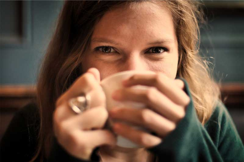 mulher-sorrindo-cafe-mudar-vida