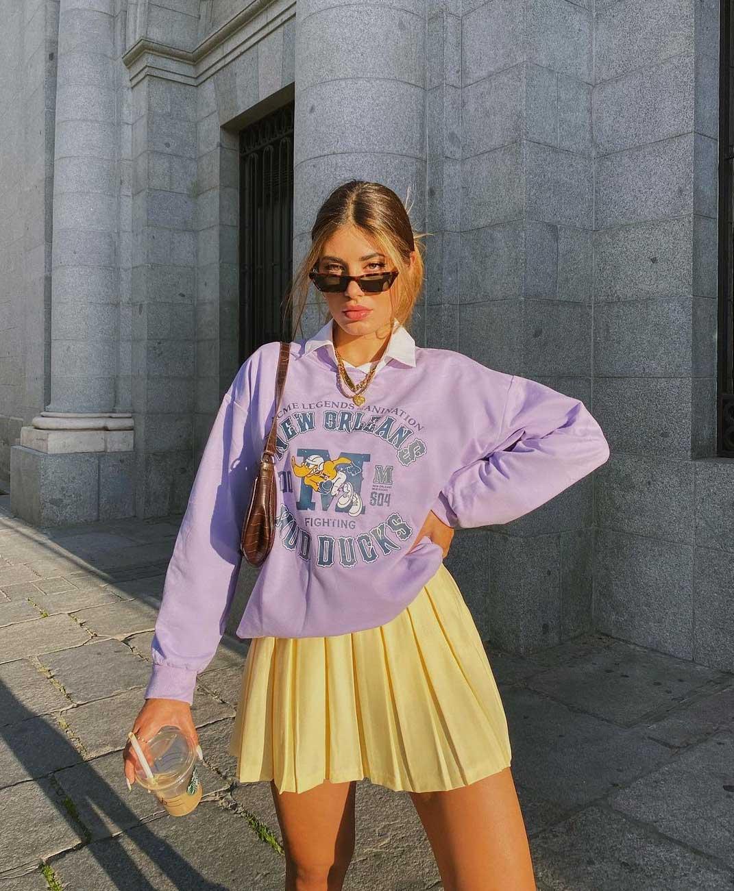 saia plissada tenista amarela moletom lilas lavanda camisa social por baixo - La sudadera grande ahora se lleva con una camisa debajo: el truco preppy que se ha convertido en tendencia