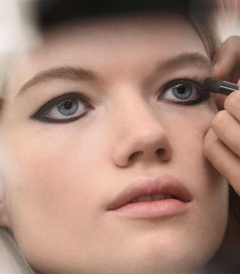 tendencia-maquiagem-anos-90-olhos-preto