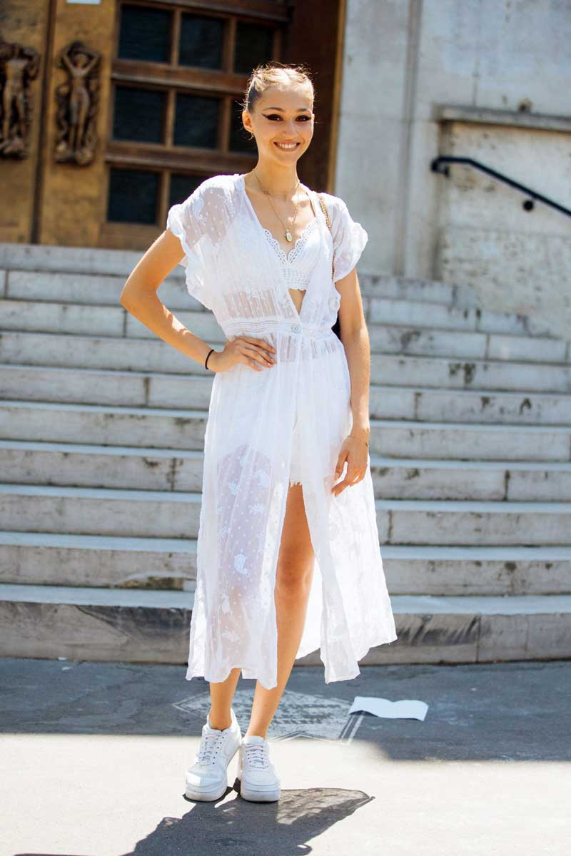 vestido-branco-de-renda-com-Nike-Air-Force-1