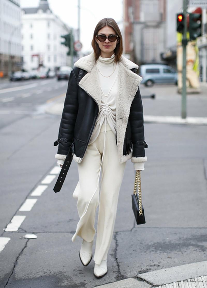 calca de malha branca jaqueta de couro motoqueiro com forro de la - Tendencias de pantalones 2021: estos modelos son los más populares