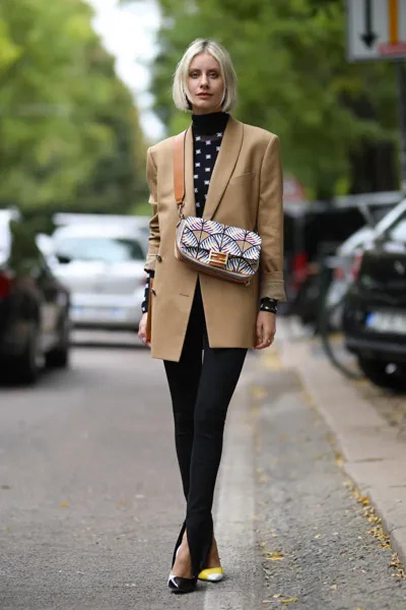 legging preta com fenda no tornozelo blazer camelo bege nude looks como usar - Tendencias de pantalones 2021: estos modelos son los más populares