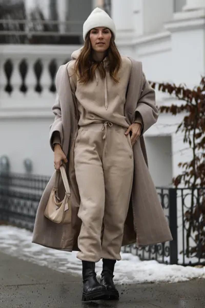 look monocromatico bege nude calca moletom sobretudo coturno touca - Tendencias de pantalones 2021: estos modelos son los más populares