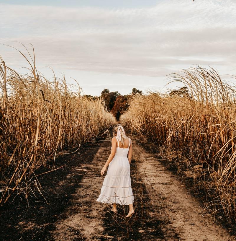 mulher-vestido-branco-sozinha-no-campo