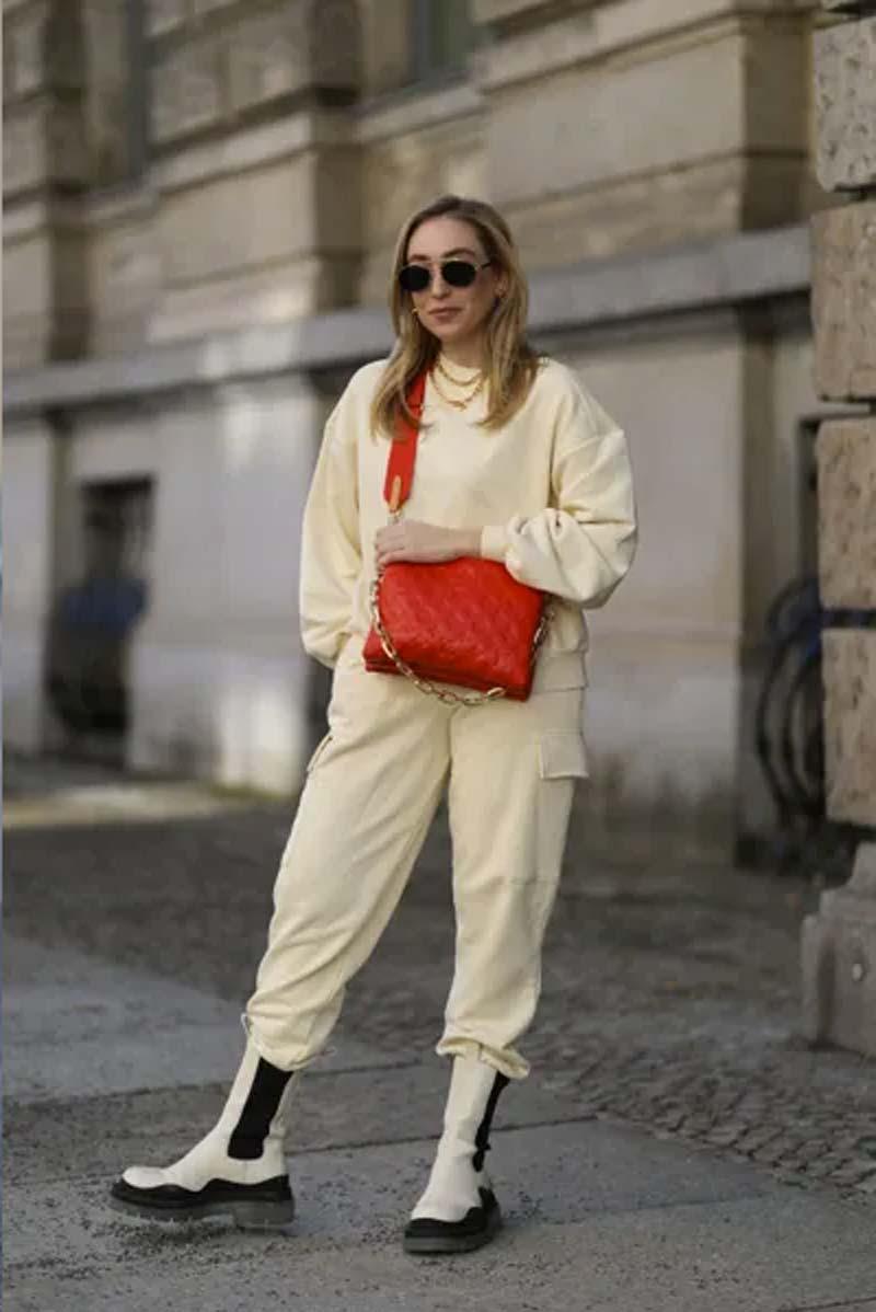 calca-moletom-amarelo-claro-bolsa-vermelha-coturno
