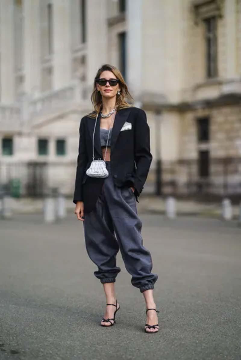 calca-moletom-cinza-escuro-cetim-top-cropped-blazer-preto-sandalias