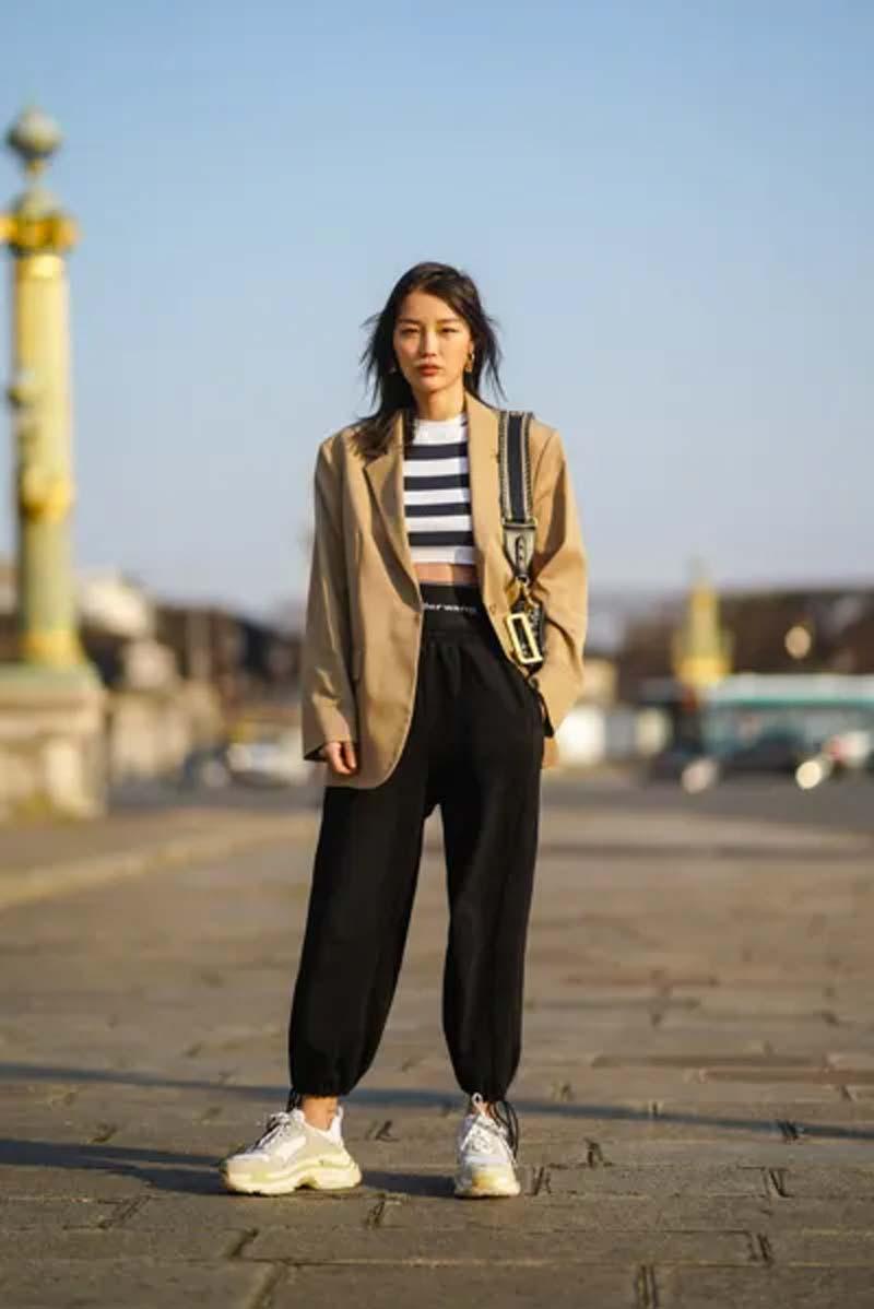 calca-moletom-preta-top-cropped-listrado-blazer-grande-looks