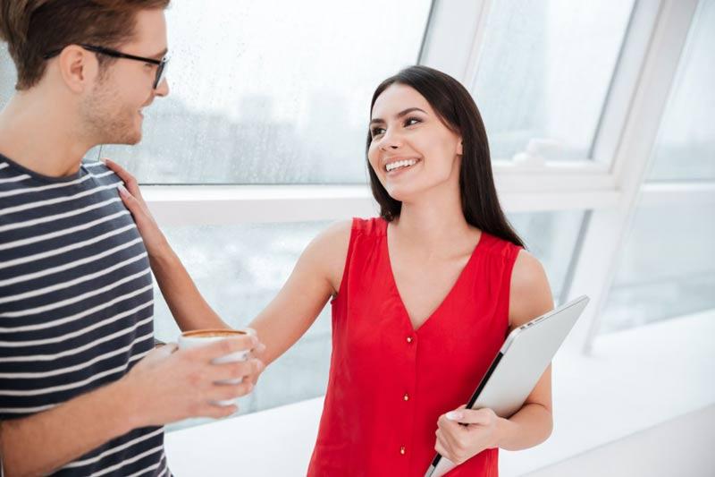 elogio-beneficios-homem-mulher-blusa-vermelha