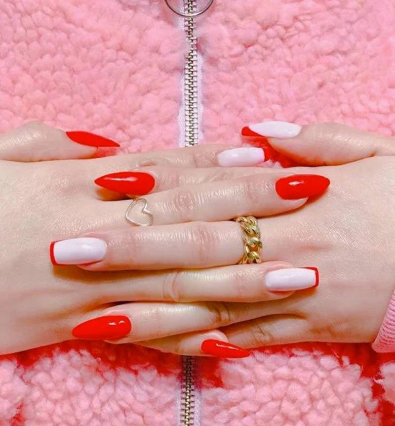 unhas assimetrica como usa tendencia vermelho rosa - Uñas asimétricas: ¡una tendencia que solo lucirán las más atrevidas!