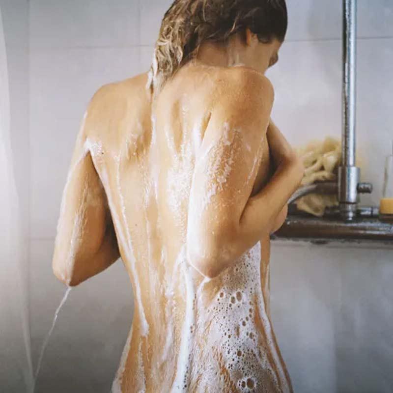 banho-pele-espinhas-nas-costas-acne-shampoo