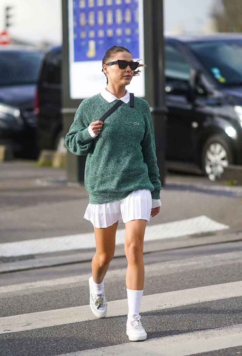 camisa-polo-feminina-branca-sueter-verde-lacoste-saia-tenista-plissada