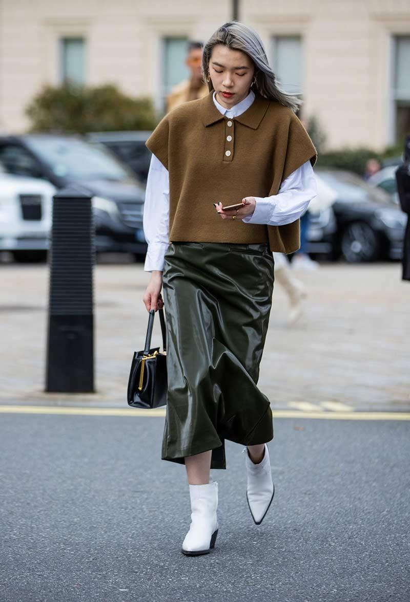 camisa-polo-feminina-camisa-social-saia-de-couro-looks-como-usar