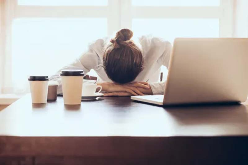 carreira-falar-mulher-deitada-na-mesa-emprego-trabalho