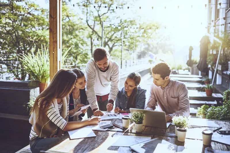 carreira-trabalho-como-ganhar-dinheiro-amigos-de-trabalho-computador