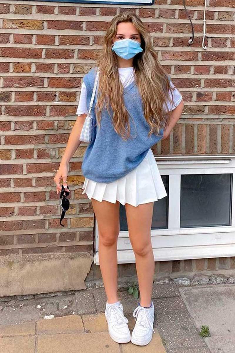 colete-de-trico-azul-saia-tenista-branco