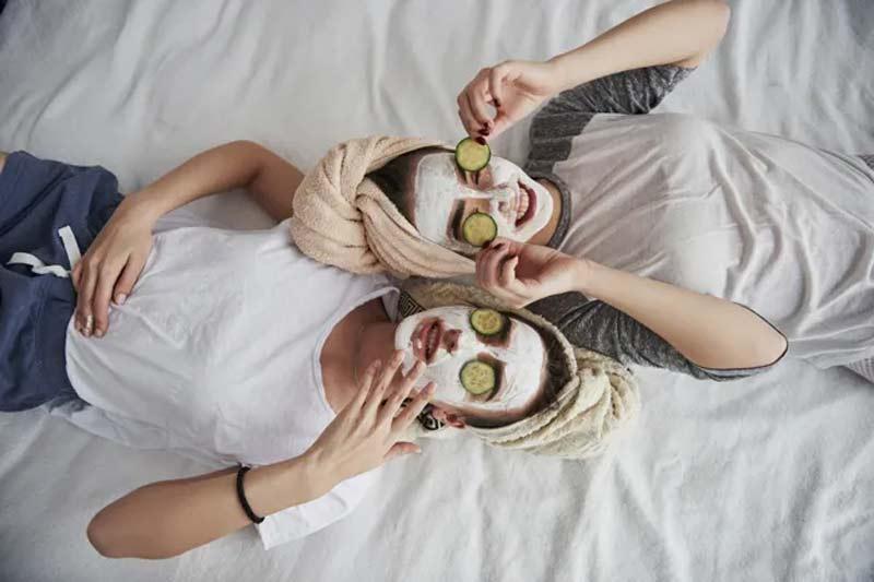 mascaras-faciais-cuidados-com-a-pele-argila-branca-fotos-na-cama