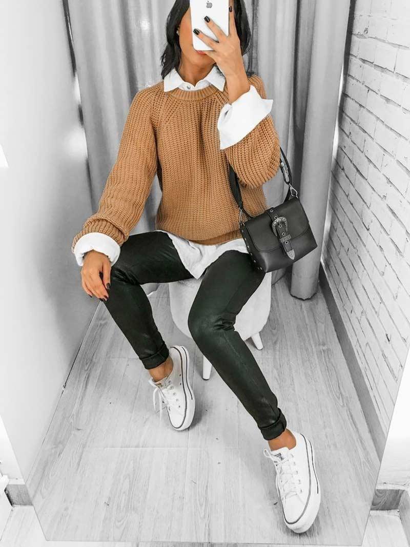 sueter-de-la-bege-camisa-social-feminina-calca-de-couro-preto-tenis-all-star-branco