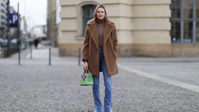 roupa marrom casaco de pelucia calca jeans