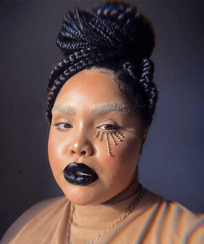 sobrancelha descolorida com maquiagem