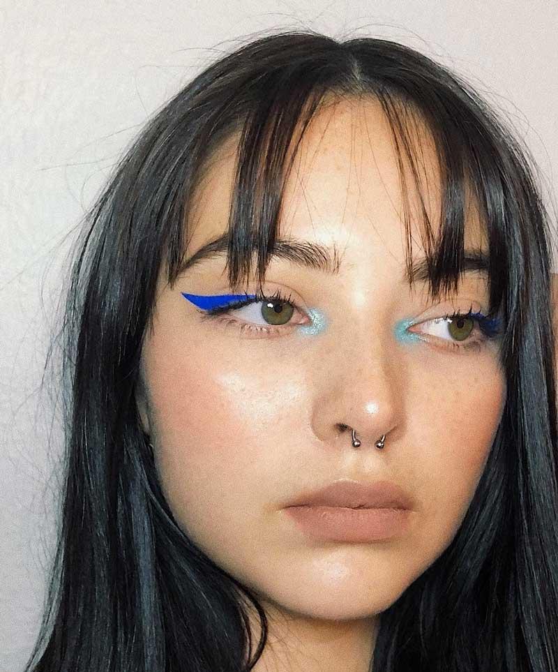 sombra azul claro canto interno dos olhos delineador azul escuro