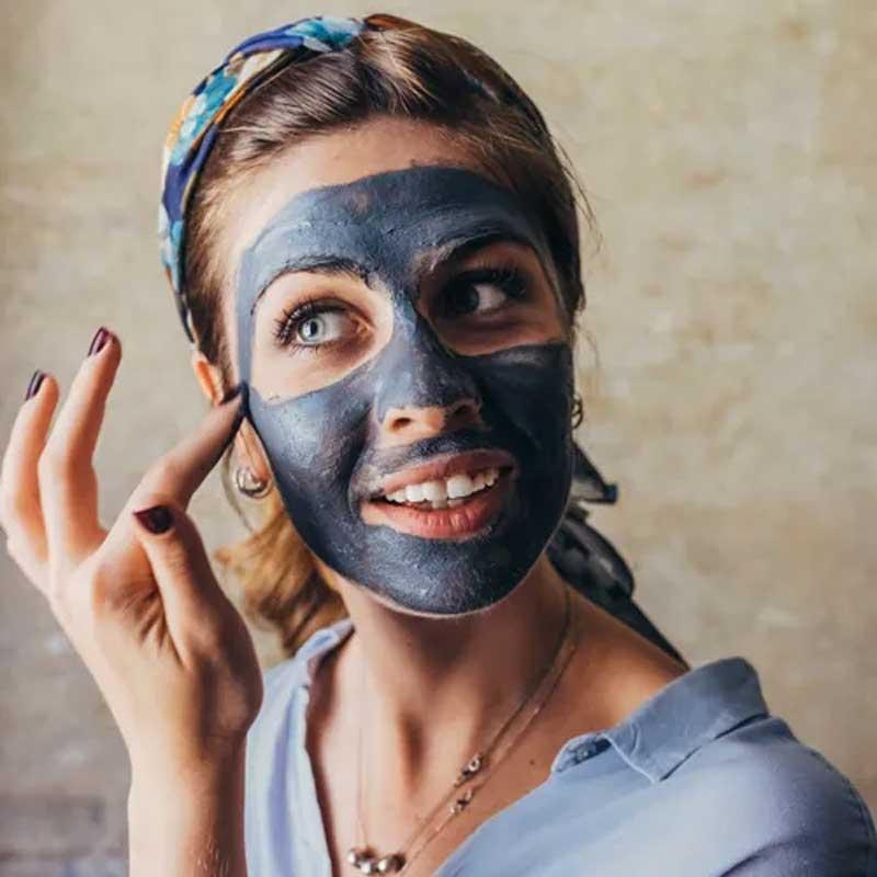 argila no rosto pele espinhas