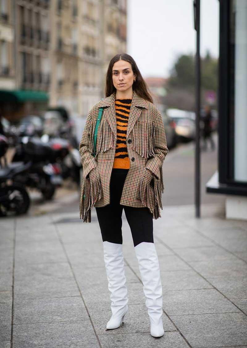 blazer jaqueta com franja moda anos 70 legging preta bota cowboy branca